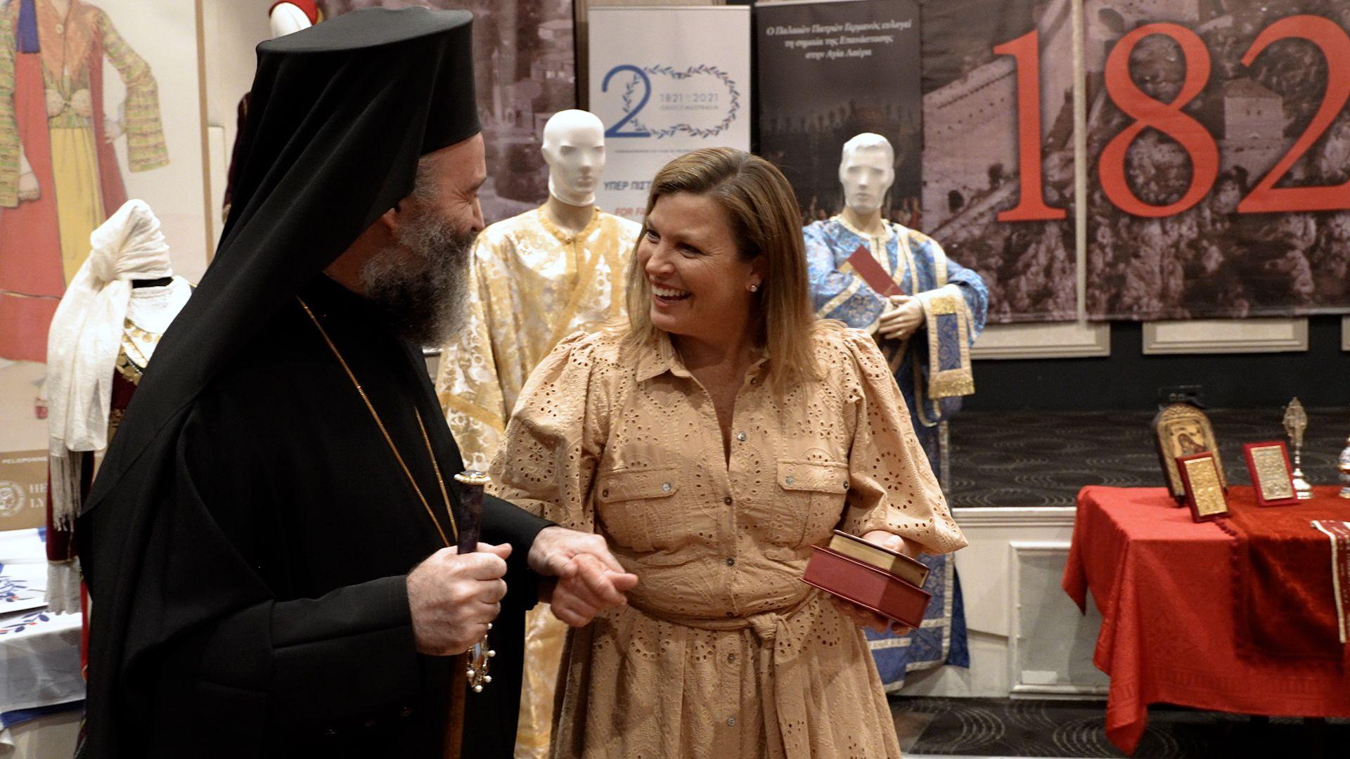 Ο Αρχιεπίσκοπος Μακάριος παρουσιάζει στη Τζένη Μόρισον ένα αντίγραφο του Ευαγγελίου της Ελληνικής Επανάστασης